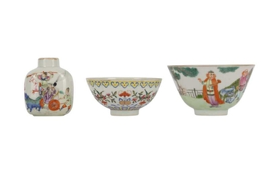 A CHINESE FAMILLE ROSE SNUFF BOTTLE AND TWO BOWLS.