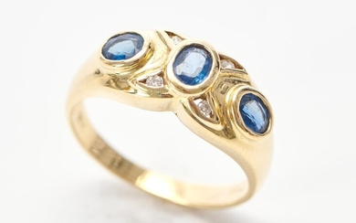 A SAPPHIRE AND DIAMOND CLUSTER RING IN 18CT GOLD, SAPPHIRES TOTALLING 0.54CTS, SIZE M-N, 4.3GMS