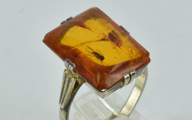A STERLING SILVER AND AMBER RING