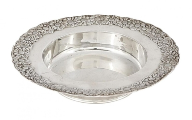 A Tiffany & Co. silver dish with daisy chain rim, of circular form, the flat edge with decorated with repeating daisy motifs to straight sides and a flat base, stamped sterling, 17.6cm dia., approx. weight 7.3oz