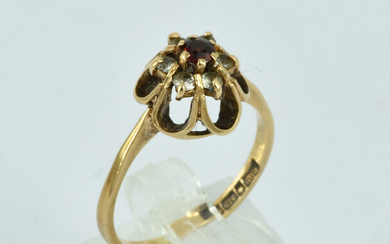 A 9CT ROSE GOLD AND GARNET RING