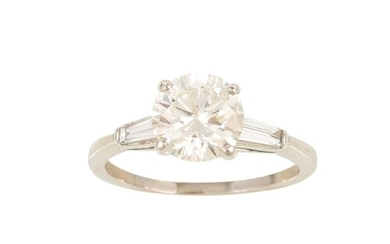 A DIAMOND SOLITAIRE RING, the brilliant diamond to tapered b...