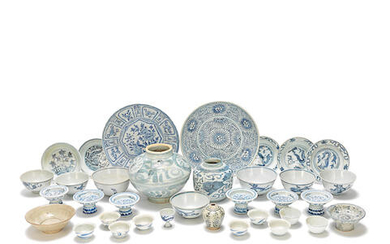 A KRAAK PORCELAIN DISH AND OTHER BLUE AND WHITE WARES INCLUDING SHIPWRECK AND PROVINCIAL PORCELAIN