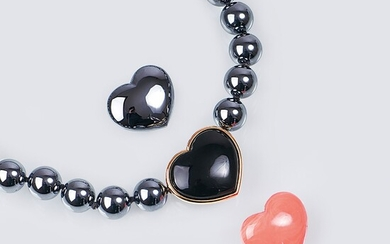 Juwelier Wilm est. 1767, Hamburg. A Necklace with Faux Pearls and Heart Clasps.