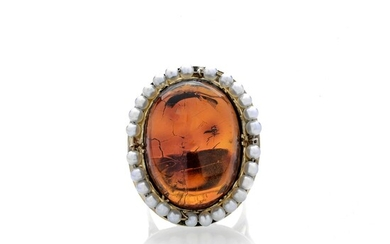 Large ring in yellow gold, pearl and amber