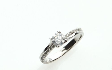 RING in 750/°° white gold decorated with a central diamond...