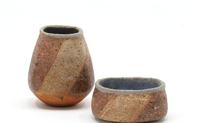 Gunhild Aaberg: Bowl and vase of chamotte stoneware, decorated with greyish brown and light blue...