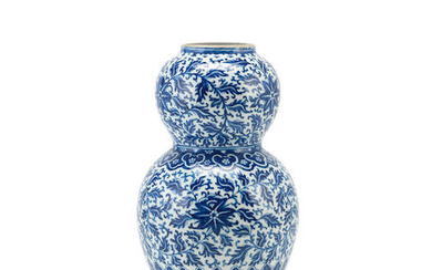 A Chinese porcelain blue and white double gourd vase
