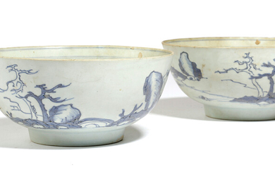A PAIR OF CHINESE PORCELAIN BLUE AND WHITE BOWLS