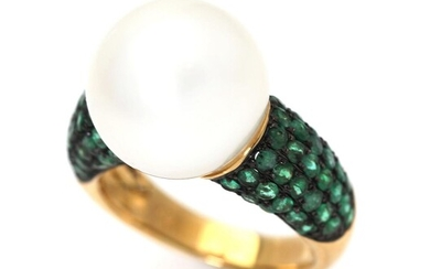 An emerald and pearl ring set with numerous emeralds and a cultured pearl, mounted in 18k partly black rhodium plated gold. Size 53. – Bruun Rasmussen Auctioneers of Fine Art