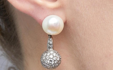 PAIRE DE CLIPS PERLES DE CULTURE ET DIAMANTS A diamond, cultured pearl and 18K white gold pair of earrings. Gross weight :11,42 gr....