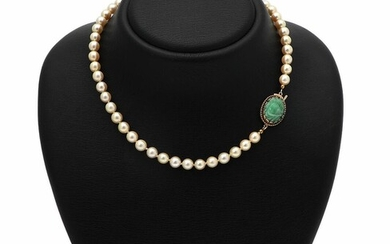 A pearl and aventurine necklace of numerous cultured pearls and a clasp set with a carved aventurine, mounted in 14k gold. Pearl diam. 6.5 cm. L. 41.5 cm. – Bruun Rasmussen Auctioneers of Fine Art