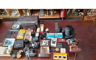 JOB LOT OF VINTAGE CAMERAS & PHOTOGRAPHY ACCESSORIES TO INCL...