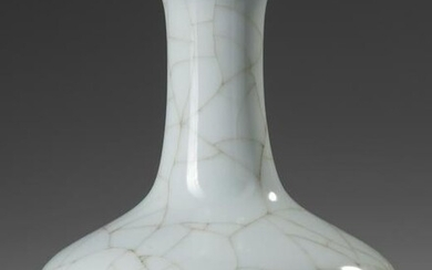 A CHINESE CELADON CRACKLE-GLAZED VASE, 18TH-19TH
