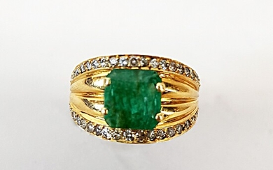 Gold ring 750 ‰, set with a step-cut emerald between...