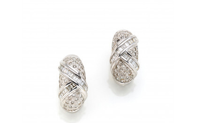 White gold earclips with round diamond pavé and an intertwining motif in baguette diamonds, in all ct. 1.85 circa, g…Read more