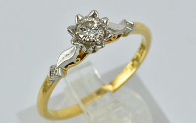AN 18CT GOLD AND PLATNIUM RING