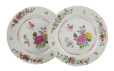 A PAIR OF 19TH CENTURY CHINESE FAMILLE ROSE PLATES