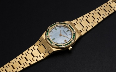 AUDEMARS PIGUET, A LADIES GOLD ROYAL OAK WITH MOTHER OF PEARL DIAL WITH EMERALD BEZEL