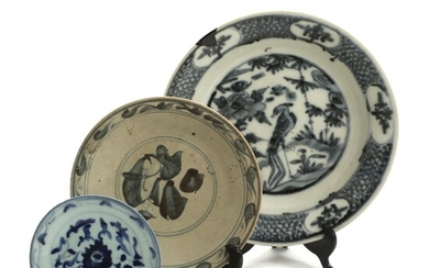 Chinese export ware, comprising three dishes, decorated in Swatow style. 17th century. Diam. 14.5-28 cm. (3) – Bruun Rasmussen Auctioneers of Fine Art