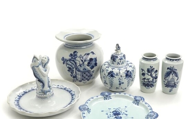 A selection of Aluminia faience ware, decorated in blue, comprising vases, jar and dishes. Vases H. 18-23 cm. (6) – Bruun Rasmussen Auctioneers of Fine Art