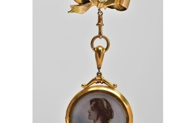 AN EARLY 20TH CENTURY 9CT GOLD PORTRAIT BROOCH, the circular...