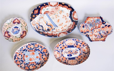 FIVE VARIOUSLY SIZED JAPANESE IMARI PORCELAIN TRAYS AND PLATTERS, EARLY 20TH CENTURY