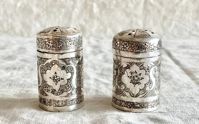 Salt and pepper shakers, A pair of magnificent salt and pepper shakers - .840 silver - Master Persian silversmith - Iran - Mid 20th century
