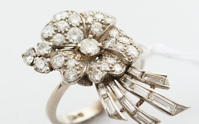 A VINTAGE DIAMOND RING IN 18CT WHITE GOLD, DIAMONDS TOTALLING APPROXIMATELY 1.60CTS, SIZE M, 6.1GMS
