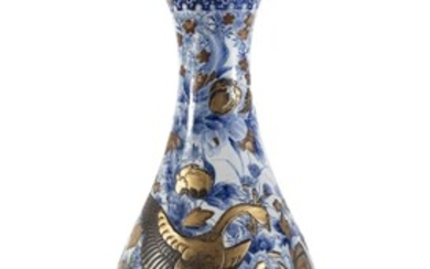A LARGE JAPANESE WHITE AND BLUE PORCELAIN VASE LATE 19TH CENTURY.