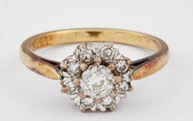 AN 18 CARAT GOLD DIAMOND CLUSTER RING, a round brilliant-cut...