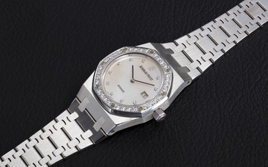 AUDEMARS PIGUET, A LADIES WHITE GOLD ROYAL OAK WITH DIAMOND-SET BEZEL AND MOTHER OF PEARL DIAL