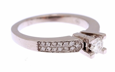 (-), White gold ring, 18 kt., set with...