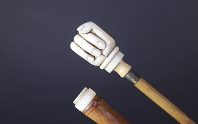 Cane with a bamboo shaft. The handle shows a hand constituting the stove of a pipe engaged in the shaft of the cane. Far East. Late 19th century, early 20th century. Height 88 cm