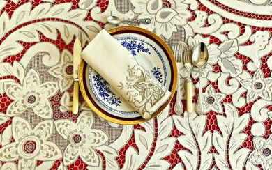 tablecloth with 12 linen napkins with spectacular large hand-embroidered lace. 255 x 175 cm (13) - Linen - First half 20th century