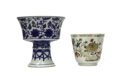 A LATE 18TH/EARLY 19TH CENTURY CHINESE CUP AND A BLUE AND WHITE STEMMED CUP