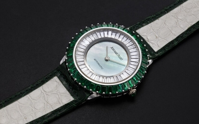AUDEMARS PIGUET, A GENTS GOLD WRISTWATCH SET WITH EMERALDS, DIAMONDS, AND A MOTHER OF PEARL DIAL