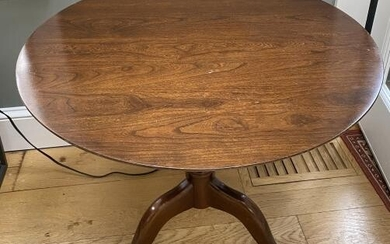 Queen Anne Style Round Pedestal Dining Table