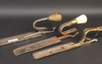 Farrier's knob with finger protectors and cast brass mount showing a horse's foot. Turned wood grip. Early 20th century. Length 32 cm. A farrier's button with finger guards in the shape of a horse's foot is attached. The grip is decorated with...