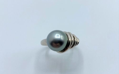 750°/00 white gold ring set with a 10mm Tahitian pearl...