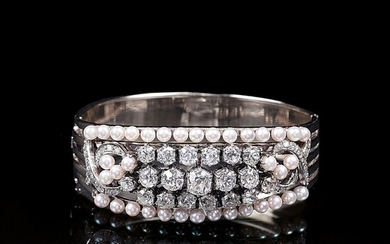 A Highcarat Bangle Bracelt with Old Cut Diamonds and Pearls.