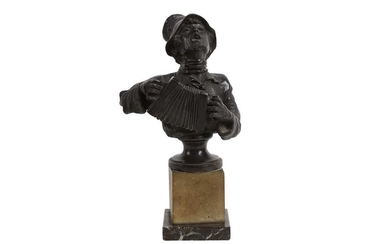 A LATE 19TH / EARLY 20TH CENTURY BRONZE HALF LENGTH FIGURE OF A MAN PLAYING AN ACCORDIAN