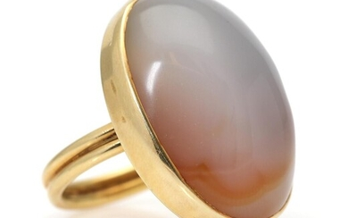 An agate ring set with a cabochon agate, mounted in 14k gold. Front app. 25 x 33 mm. Size app. 66. – Bruun Rasmussen Auctioneers of Fine Art