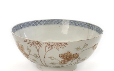 A Chinese export porcelain bowl, exterior with carved and moulded peonies and bamboo. H. 12 cm Diam. 28 cm. Old repairs, chips along edges. – Bruun Rasmussen Auctioneers of Fine Art
