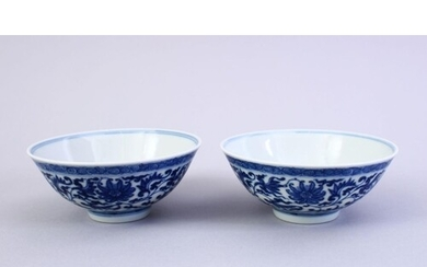 A FINE PAIR OF CHINESE MING STYLE BLUE & WHITE PORCELAIN CUP...