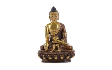 AN EARLY 20TH CENTURY CHINESE PARCEL-GILT BRONZE FIGURE OF A BUDDHA