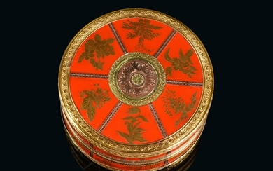 JAPANESE LACQUER BOX, PARIS, 18th CENTURY. Round shape, lacquered with a red background and gold highlights, with flowers and plants. Mounting finely chiseled with three colors of gold, with central decoration of a rose window. Inside in...