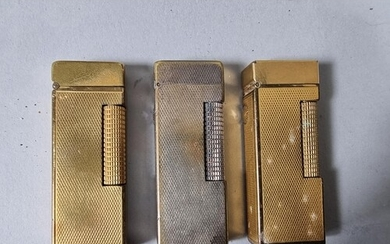 Three Dunhill lighters with engine turned decoration (3).
