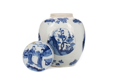 AN EARLY 20TH CENTURY CHINESE BLUE AND WHITE GINGER JAR WITH COVER