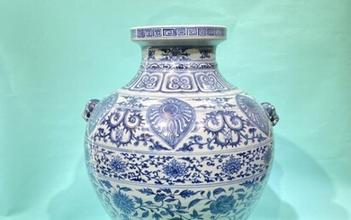 A Chinese blue and white porcelain vase with lion...